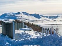 Montagne couronnée de neige dans la ville d'Akureyri pendant l'hiver Photo libre de droits