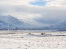 Montagne couronnée de neige pendant l'hiver en Islande Images stock