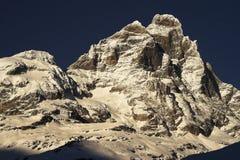 Montagne couverte dans la neige Photo libre de droits