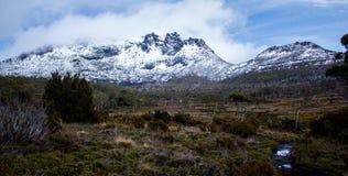 Montagne couverte dans la neige Image libre de droits