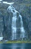 Montagne d'été avec le lac et la cascade (Norvège) Image stock