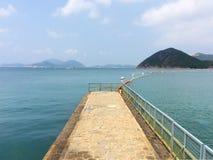 Montagne d'île sur la mer images libres de droits