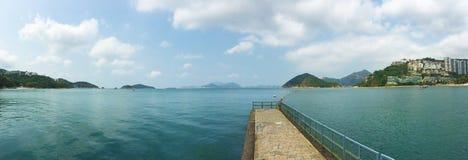 Montagne d'île sur la mer images stock