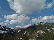 Montagne d'Alasca con le nuvole e la neve Fotografie Stock Libere da Diritti