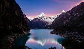 Montagne d'Artesonraju réfléchie sur le paron de lac images libres de droits