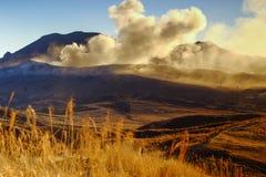 Montagne d'aso de volcan actif images stock