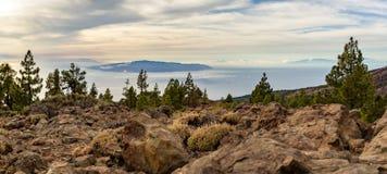 Montagne d'ispirazione paesaggio, isole ed oceano Immagine Stock