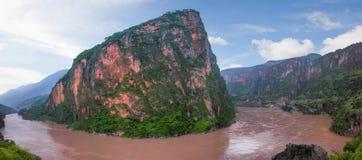 Montagne dans le fleuve Jinsha Image libre de droits