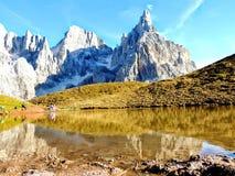 Montagne dans le lac Images libres de droits