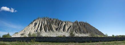 Montagne dans les mines abandonnées Carrière et vieille architecture de prison Les dunes de cendres photos stock