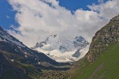 Montagne dans les nuages. Crête Images libres de droits