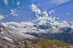 Montagne dans les nuages. Lac Image stock
