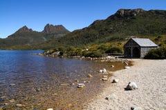 Montagne de berceau du ` s de la Tasmanie avec le lac dove et le hangar historique de bateau images stock
