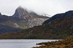 Montagne de berceau enveloppée en brouillard Image stock