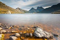 Montagne de berceau et lac dove Image stock