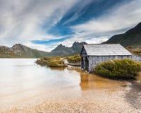 Montagne de berceau et lac dove images stock