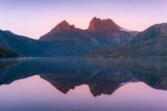 Montagne de berceau reflétée dans la colombe de lac au lever de soleil photographie stock libre de droits