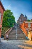 Montagne de beuren la escalera con las casas del ladrillo rojo en Lieja, Belg Fotografía de archivo