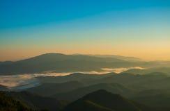 Montagne de brouillard et de nuage Images stock