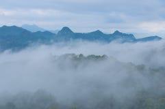 Montagne de brouillard et de nuage Images libres de droits