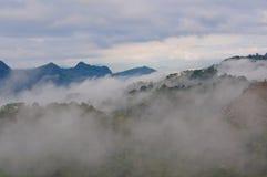 Montagne de brouillard et de nuage Photographie stock