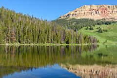 Montagne de butte de Beartooth et lac bear en parc national de Yellowstone, USA photo stock
