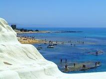 Montagne de côte de mer blanche photographie stock libre de droits
