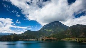 Montagne de déesse de lac Lugu Photos stock
