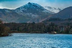 Montagne de Derwent Waterand et de Skiddaw ? l'arri?re-plan images stock