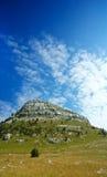Montagne de Dinara au-dessus de ciel bleu Image stock