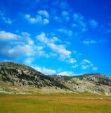 Montagne de Dinara au-dessus des nuages 1 de bleu Images stock