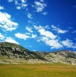 Montagne de Dinara au-dessus des nuages 4 de bleu Image libre de droits