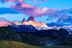 Montagne de Fitz Roy et village d'EL Chalten images libres de droits