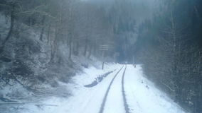 Montagne de forêt d'hiver de mouvement de train banque de vidéos