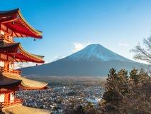 Montagne de Fuji avec la pagoda rouge dans le premier plan Photo stock