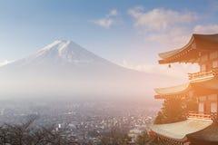 Montagne de Fuji avec la résidence du centre sur la terre images stock