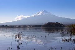 montagne de Fuji sur la vue de fond de ciel bleu du kawaguch de lac photos stock