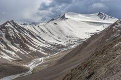 Montagne de glace de passage de La de Khardung Photographie stock libre de droits
