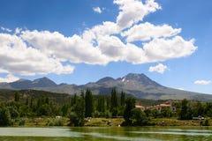 Montagne de Hasan avec le lac Helvadere photo libre de droits
