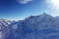 Montagne de Jungfrau avec l'écoulement de glace dans la vue d'hélicoptère d'hiver Photos libres de droits