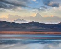 Montagne de Khan Tengri et lac Tuzkol Photographie stock