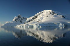 Montagne de l'Antarctique, reflétée Photos stock