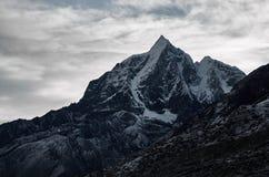 Montagne de l'Himalaya énorme avec glaciers au Népal photographie stock libre de droits