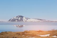 Montagne de l'Islande de réflexion sur le lac avec le ciel bleu clair Photographie stock