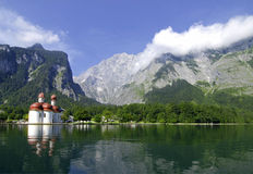 montagne de lac d'église Image libre de droits