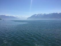 Montagne de lac ensoleillée Photographie stock