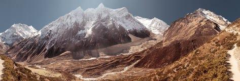 Montagne de Manaslu couverte par la neige Photo stock