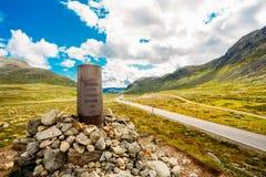 Montagne de Mark Pointer Near Highway On Norvège de navigation photographie stock