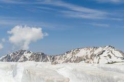 Montagne de neige à l'itinéraire alpin de kurobe de tateyama d'alpes du Japon Image stock