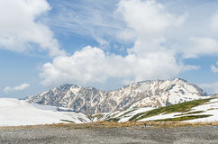 Montagne de neige à l'itinéraire alpin de kurobe de tateyama d'alpes du Japon Images libres de droits